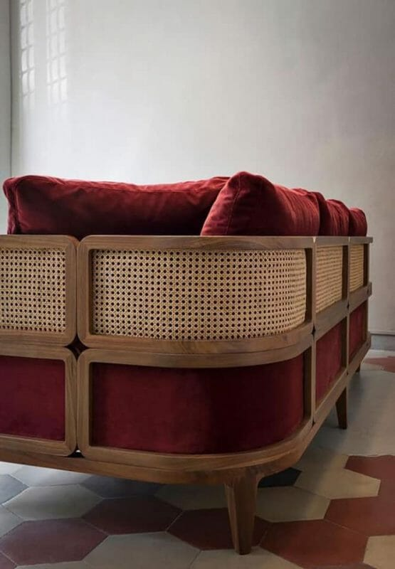Mẫu sofa kết hợp cùng nệm nỉ tông màu sáng - Ảnh: pinterest.com