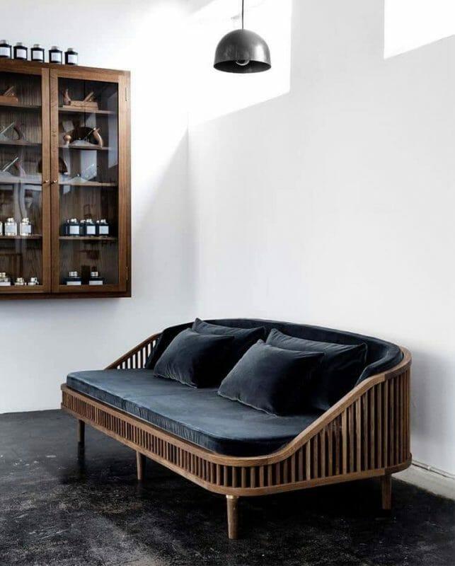Mẫu sofa gỗ sồi kết hợp cùng nệm nỉ tông màu đậm