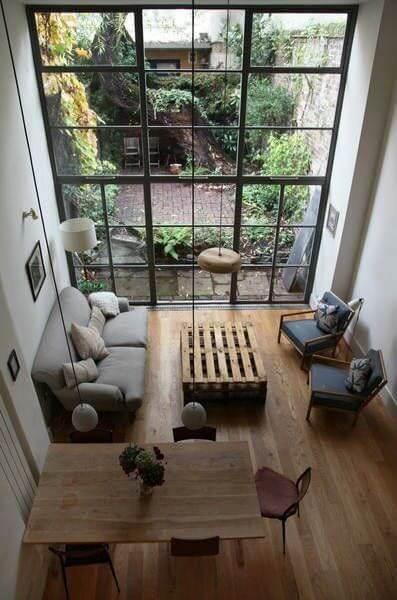Phòng khách với view nhìn ra khu vườn tạo cảm giác thư giãn tốt